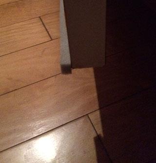 引くドアの隙間テープの貼り方
