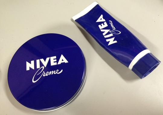 ニベアクリームのチューブと青缶